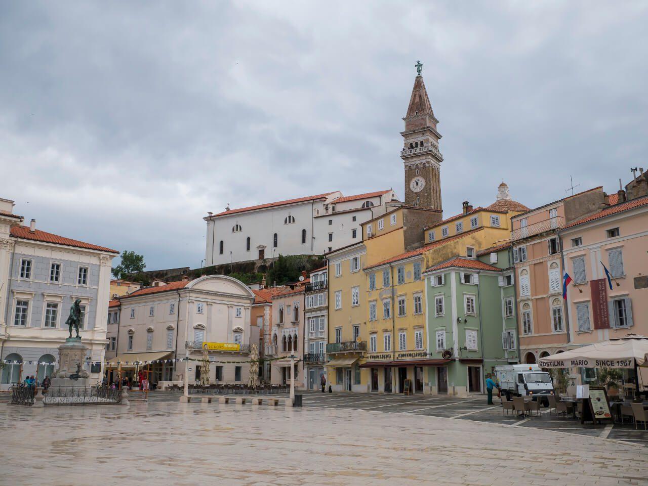Plac Tartiniego z widoczną wieżą kościoła św. Jerzego