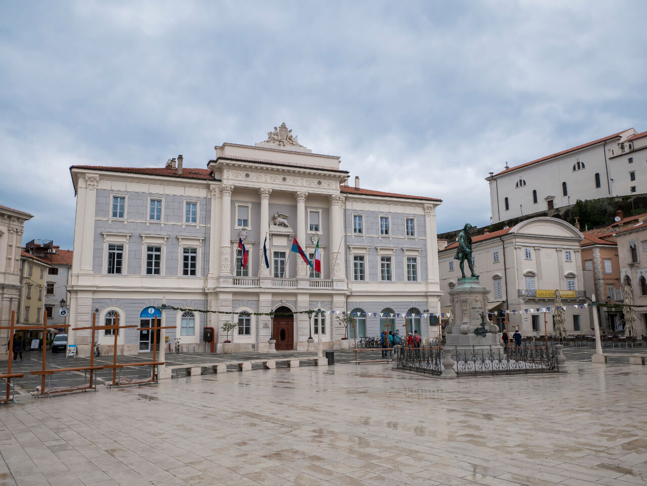 Co warto zobaczyć w Słowenii - Pomnik Tartiniego i miejski ratusz w Piranie