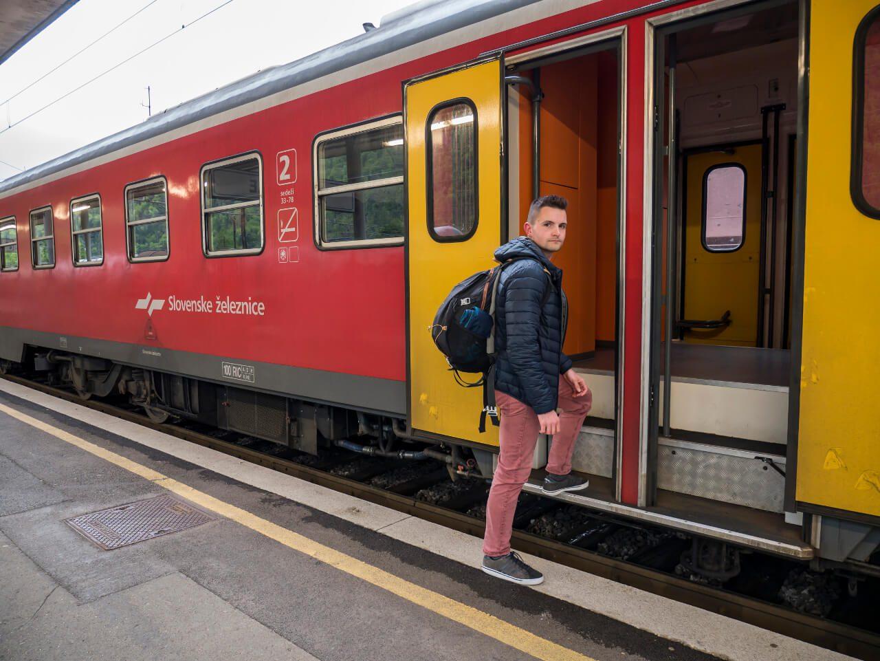 Bartek wsiada do pociągu w Słowenii