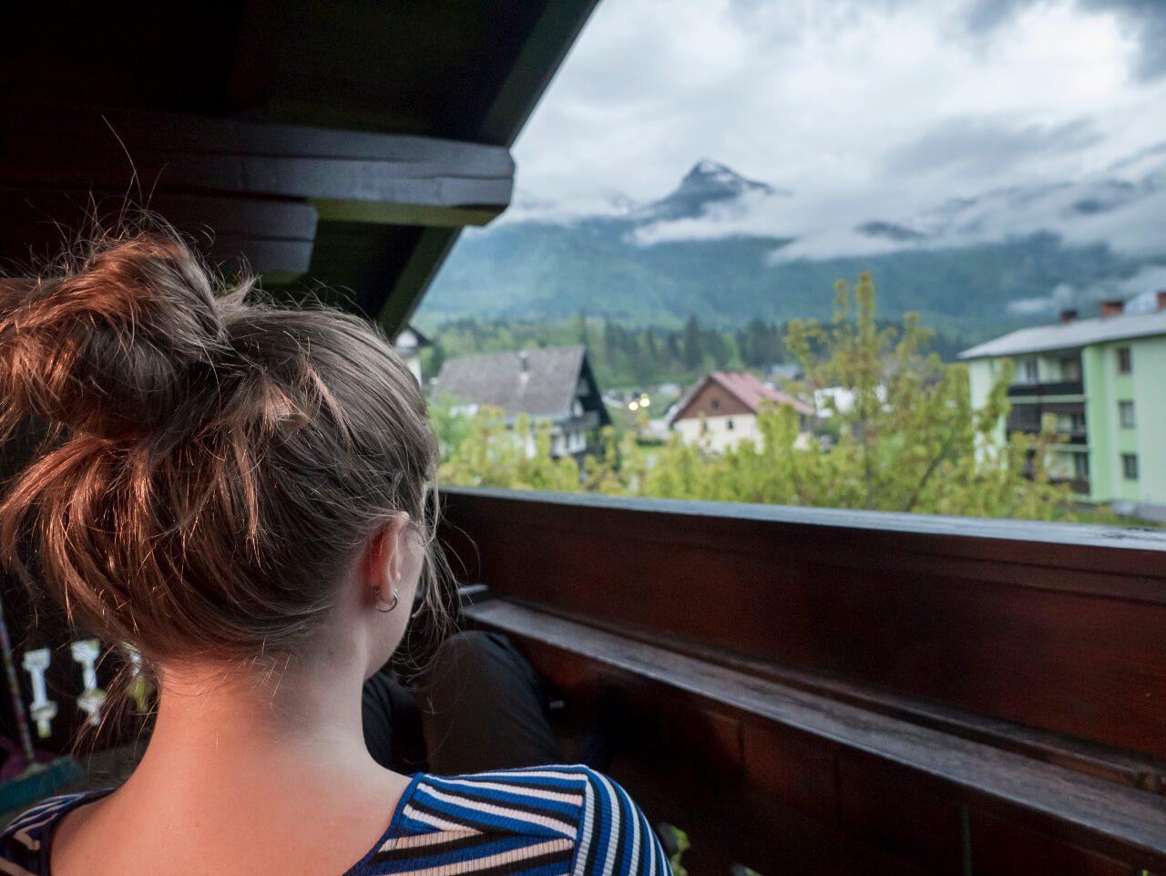 Natalia na balkonie hotelu w Bohinjskiej Bistricy