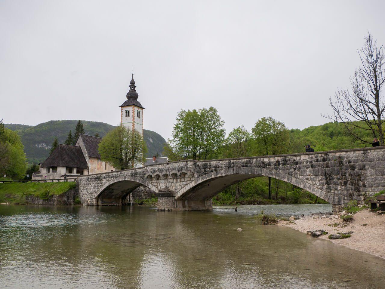 Co warto zobaczyć w Słowenii - Cerkiew św. Jana Chrzciciela nad jeziorem Bohinj