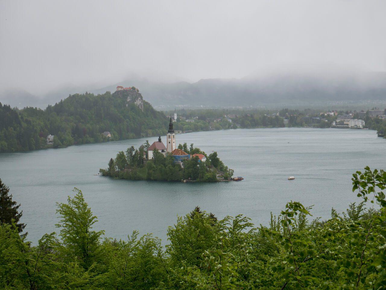 Co warto zobaczyć w Słowenii - Widok na Bled ze okolicznego wzgórza