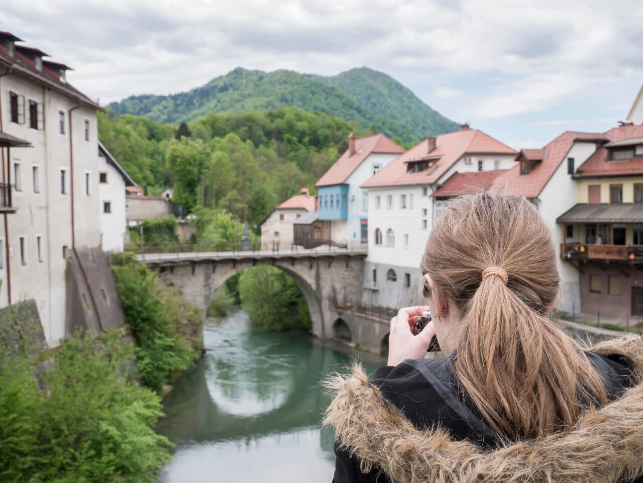 Natalia w Škofja Loka z widokiem na most