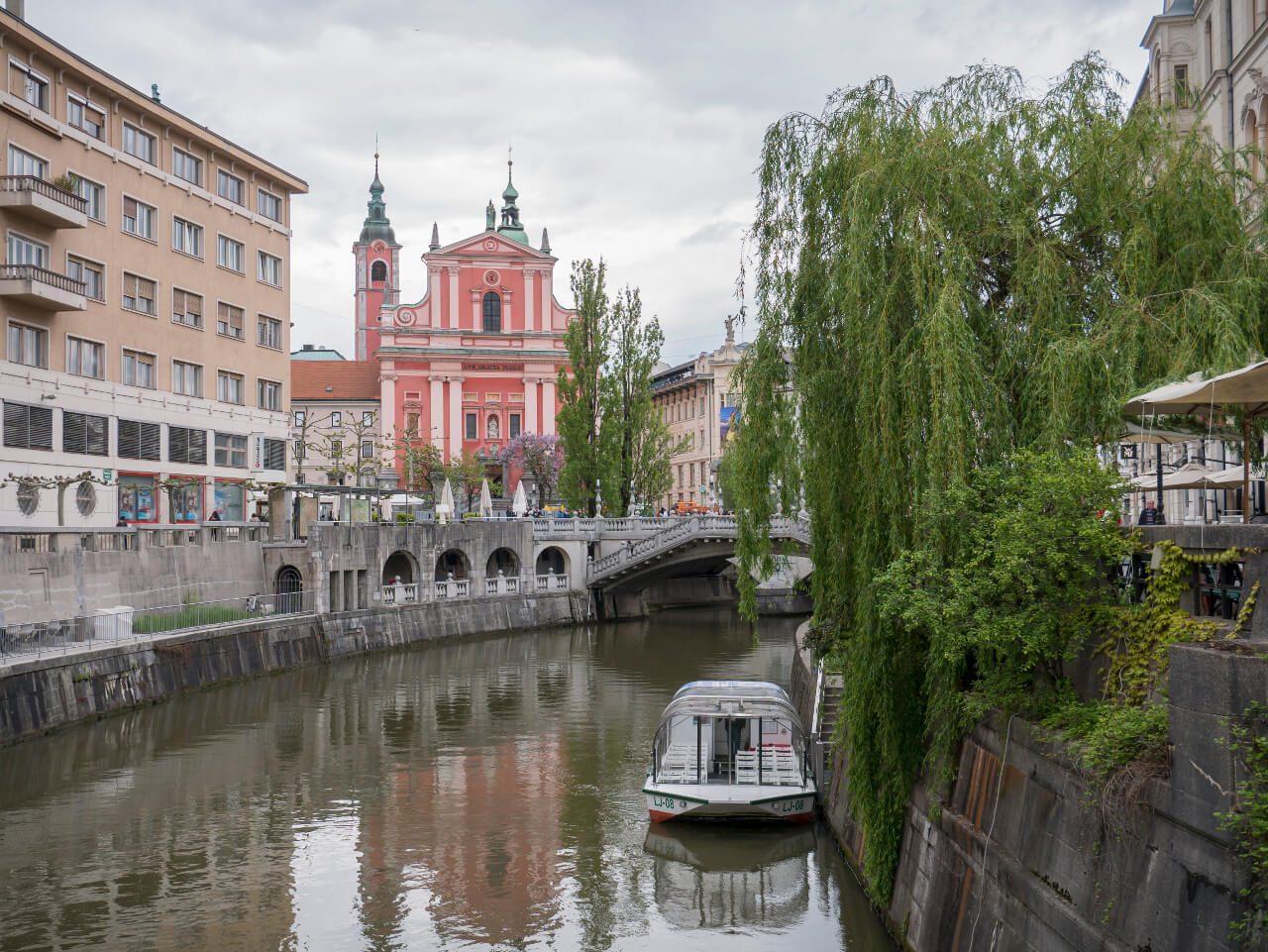 Rzeka Ljubljanica ze statkiem wycieczkowym (Słowenia)