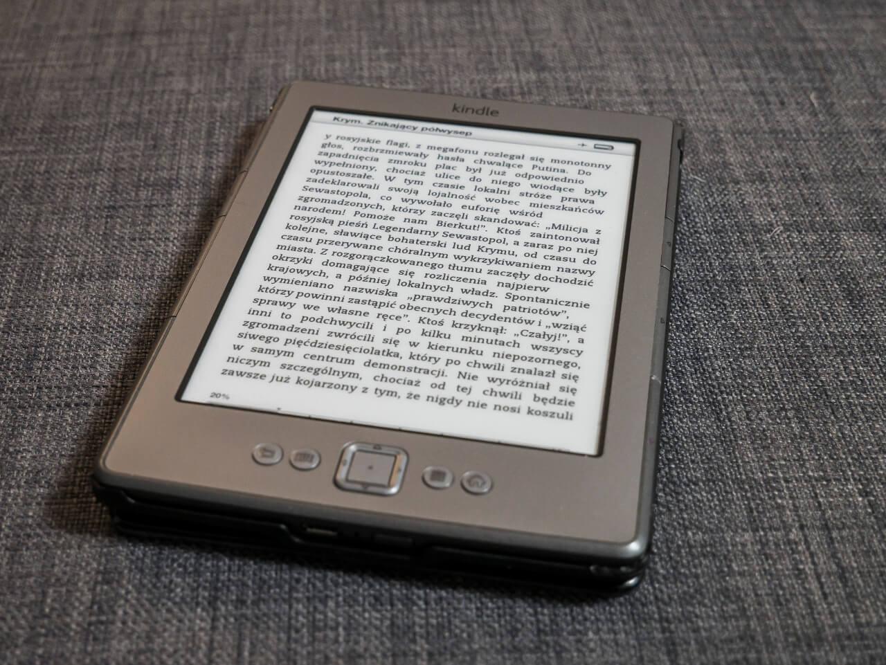 Czytnik ebooków Kindle jako prezent dla podróżnika