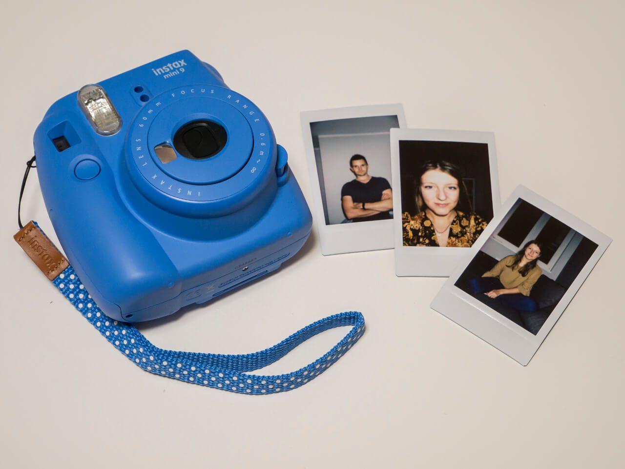 Aparat Instax Mini 9 z kilkoma zdjęciami Bartka i Natalki