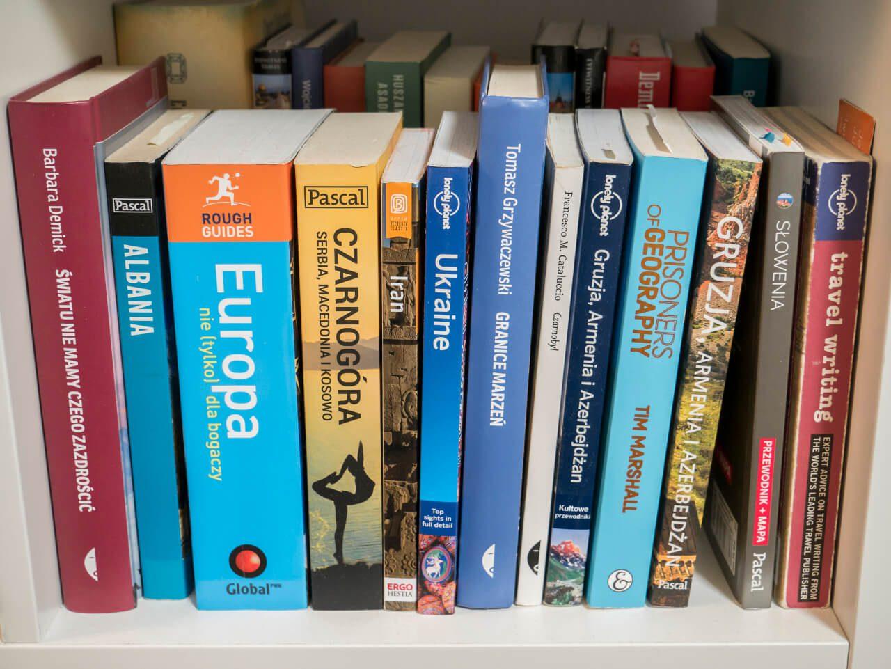 Książki na półce jako prezent dla podróżnika