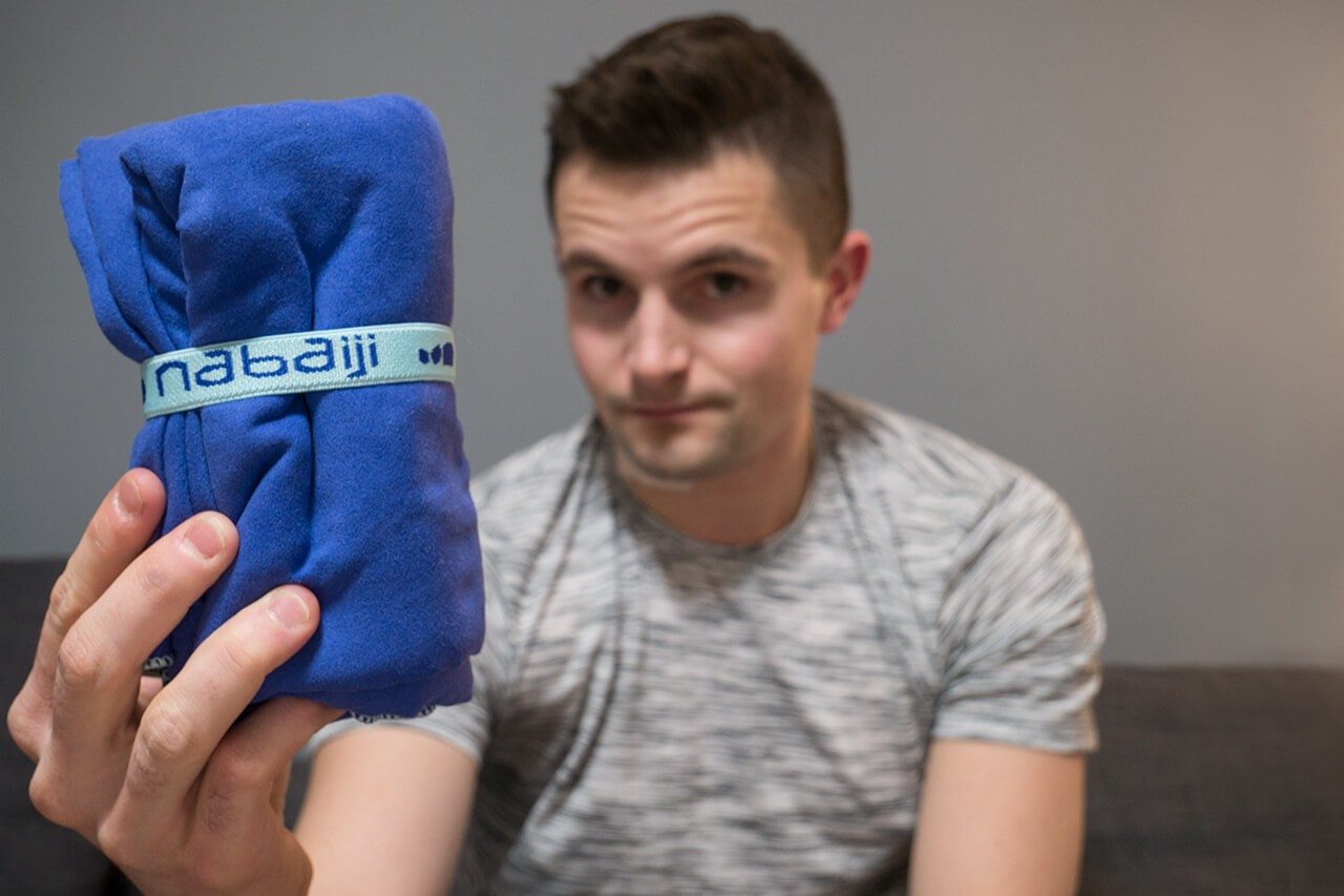 Bartek trzymający ręcznik szybkoschnący Nabaiji