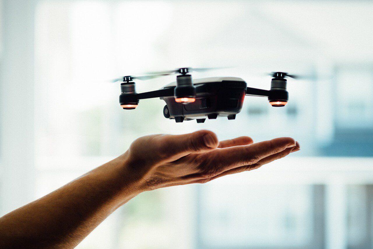 Dron unoszący się z dłoni