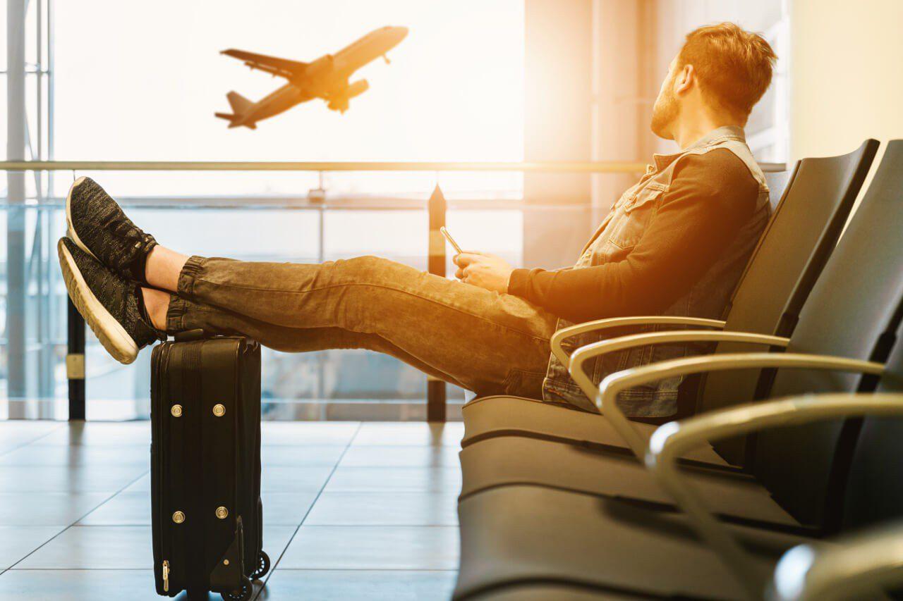 Pasażer czekający z bagażem na lotnisku