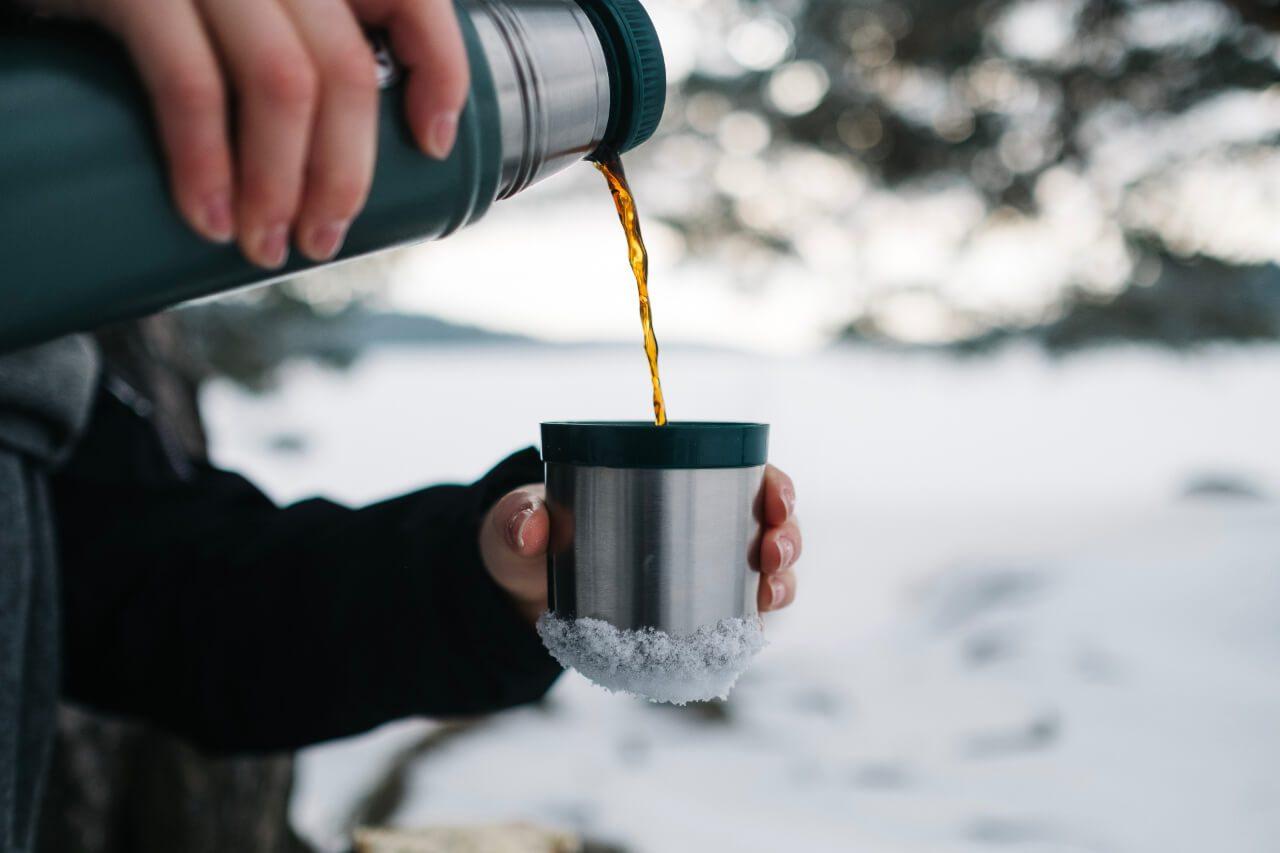 Termos, z którego nalewana jest herbata