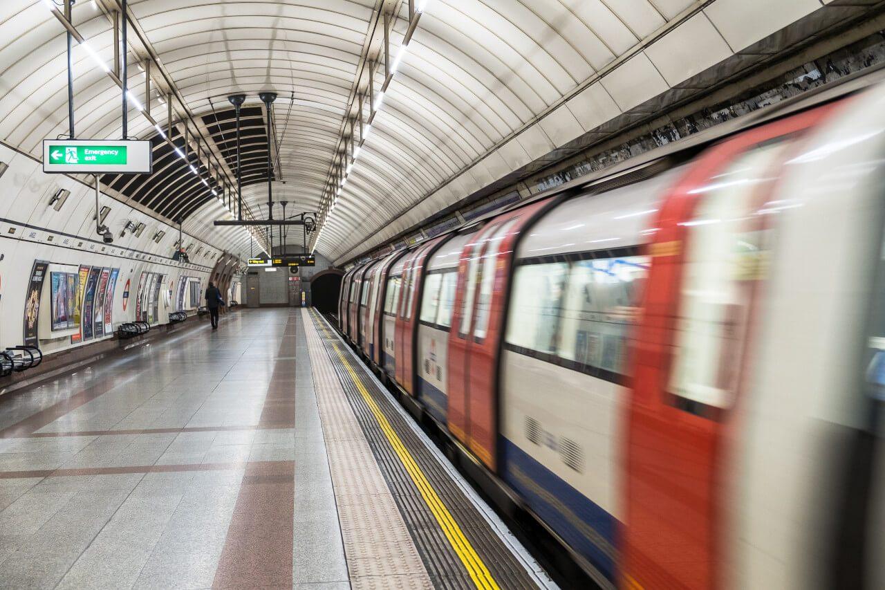 Pociąg metra na stacji w Londynie