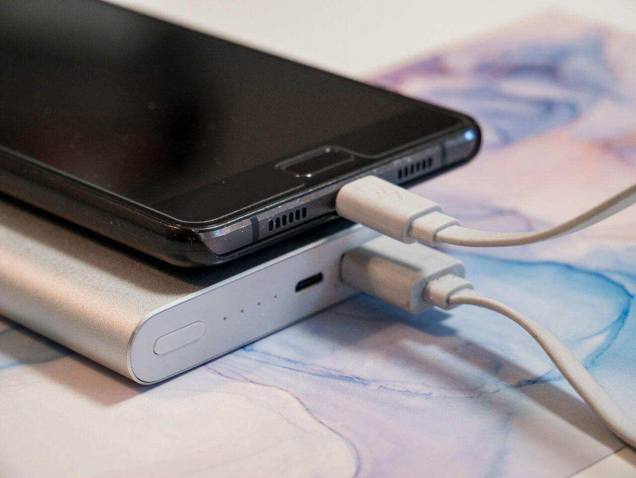 Powerbank podczas ładowania telefonu - pomysł na prezent dla podróżnika
