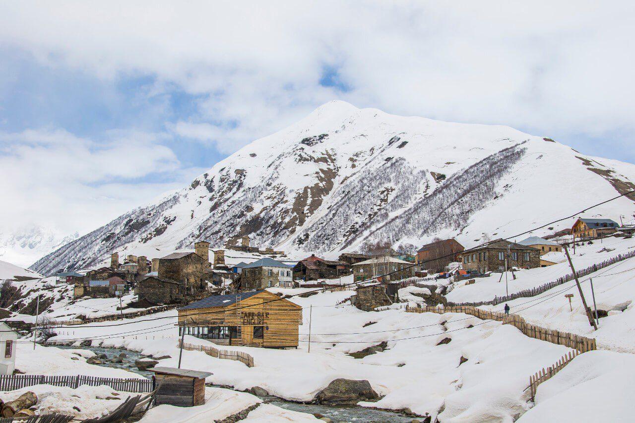 Wioska Ushguli z widokiem na najwyższy szczyt Gruzji