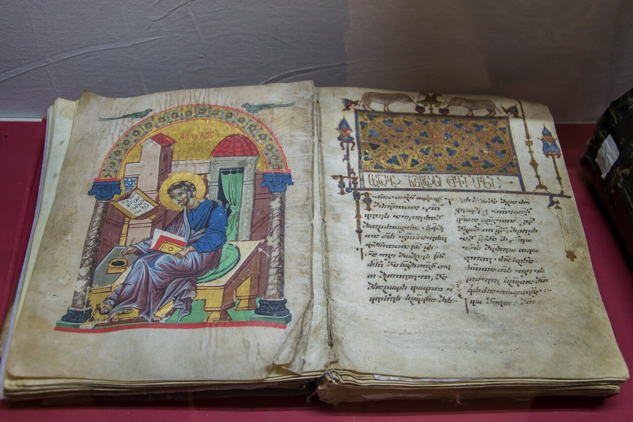 Księga z pismem gruzińskim w muzeum w Kutaisi