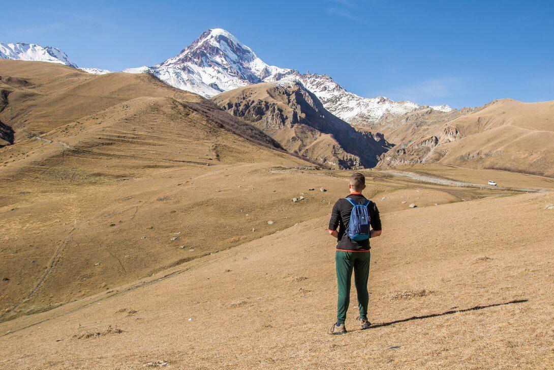 Widok na Kazbek z klasztoru Cminda Sameba w Gruzji