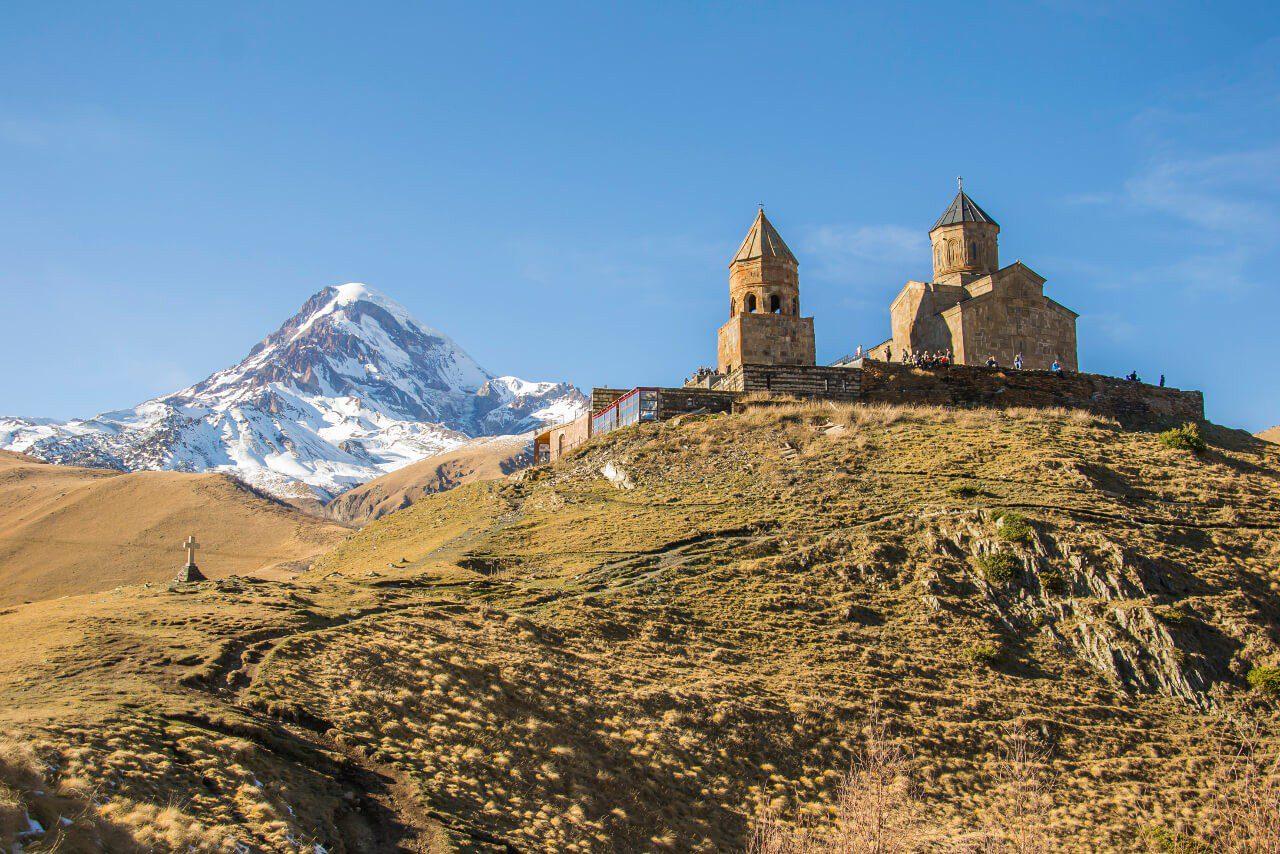 Klasztor Cminda Sameba z Kazbekiem w tle