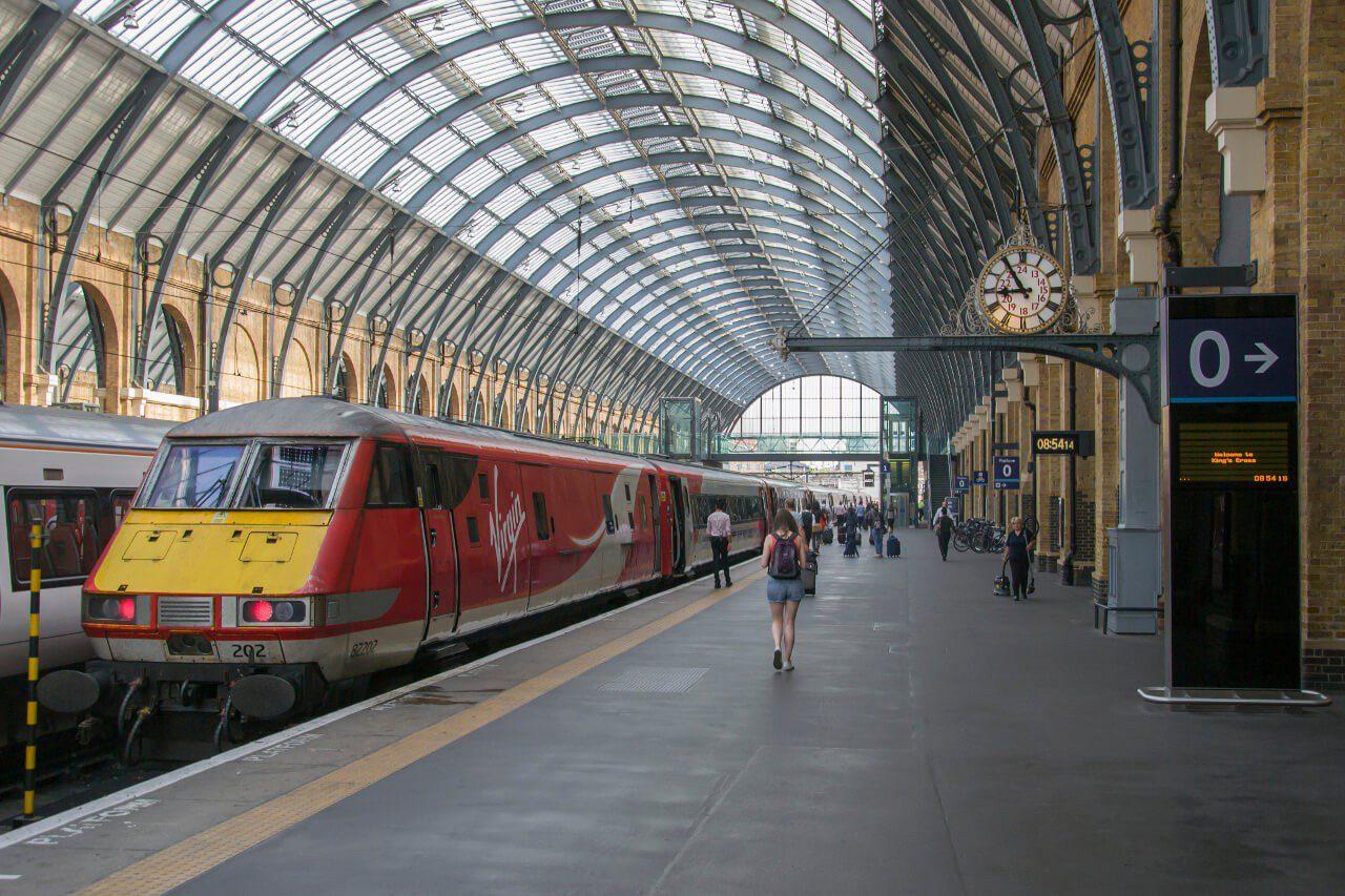 Pociąg na stacji Kings Cross w Londynie