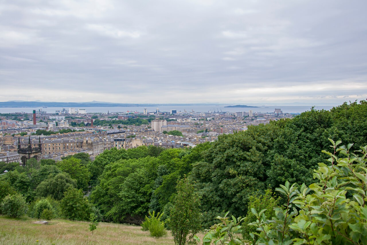 Widok z Calton Hill na Edynburg