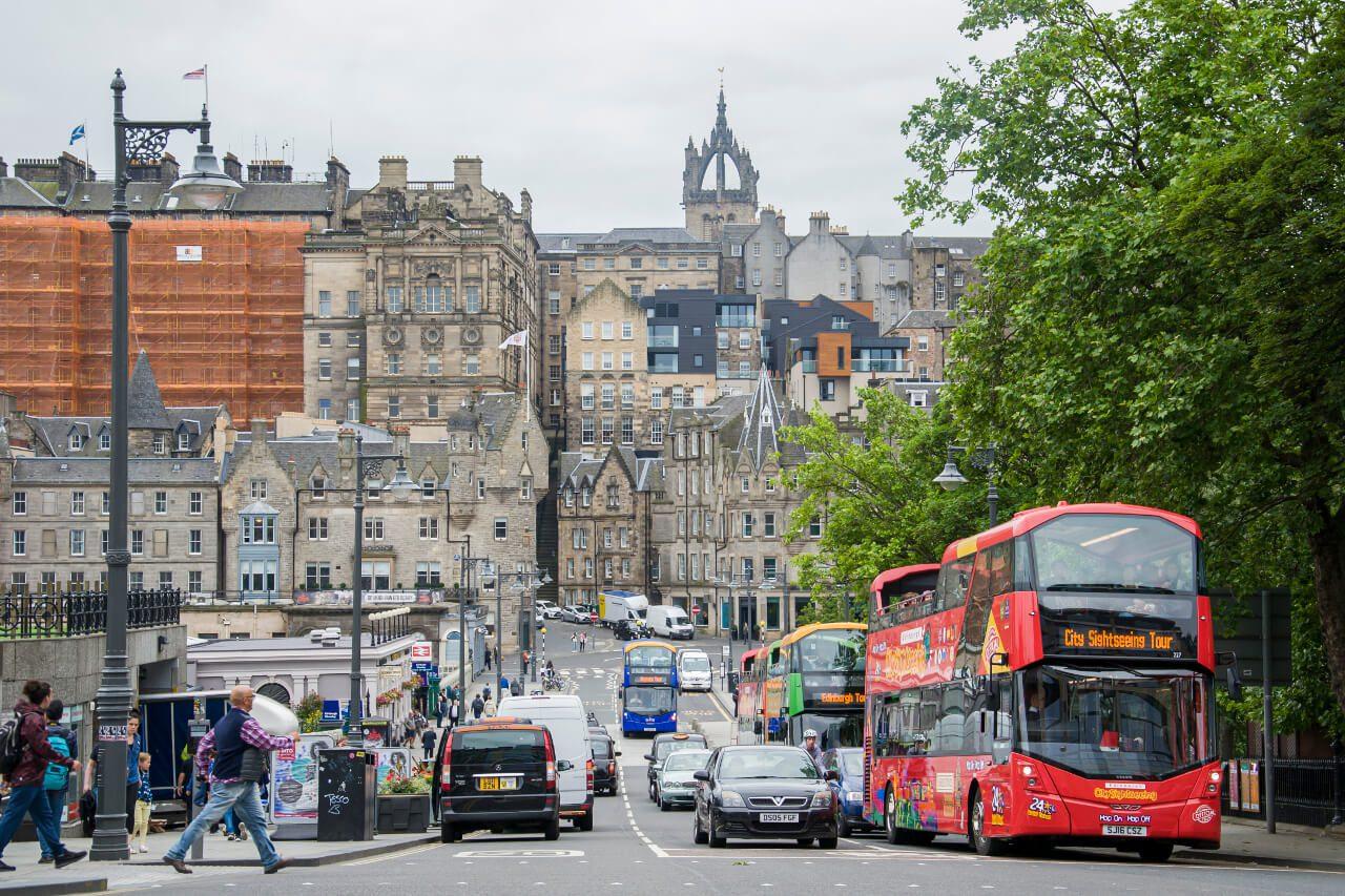 Ulica Edynburga z czerwonym autobusem