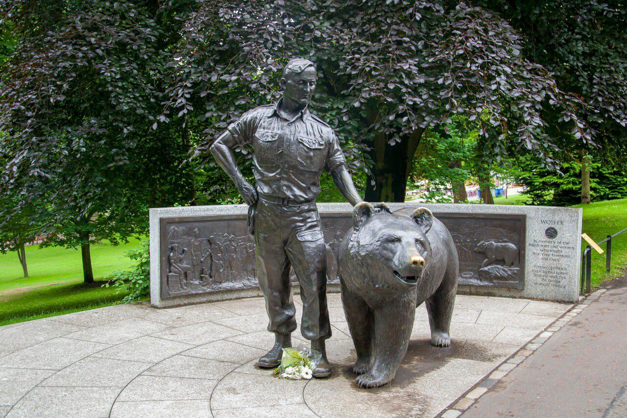 Niedźwiedź Wojtek w parku w Edynburgu