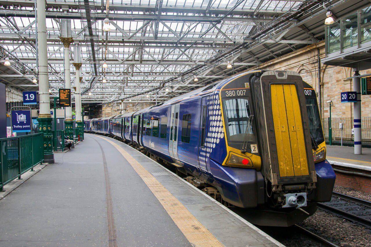 Pociąg do North Berwick na stacji w Edynburgu
