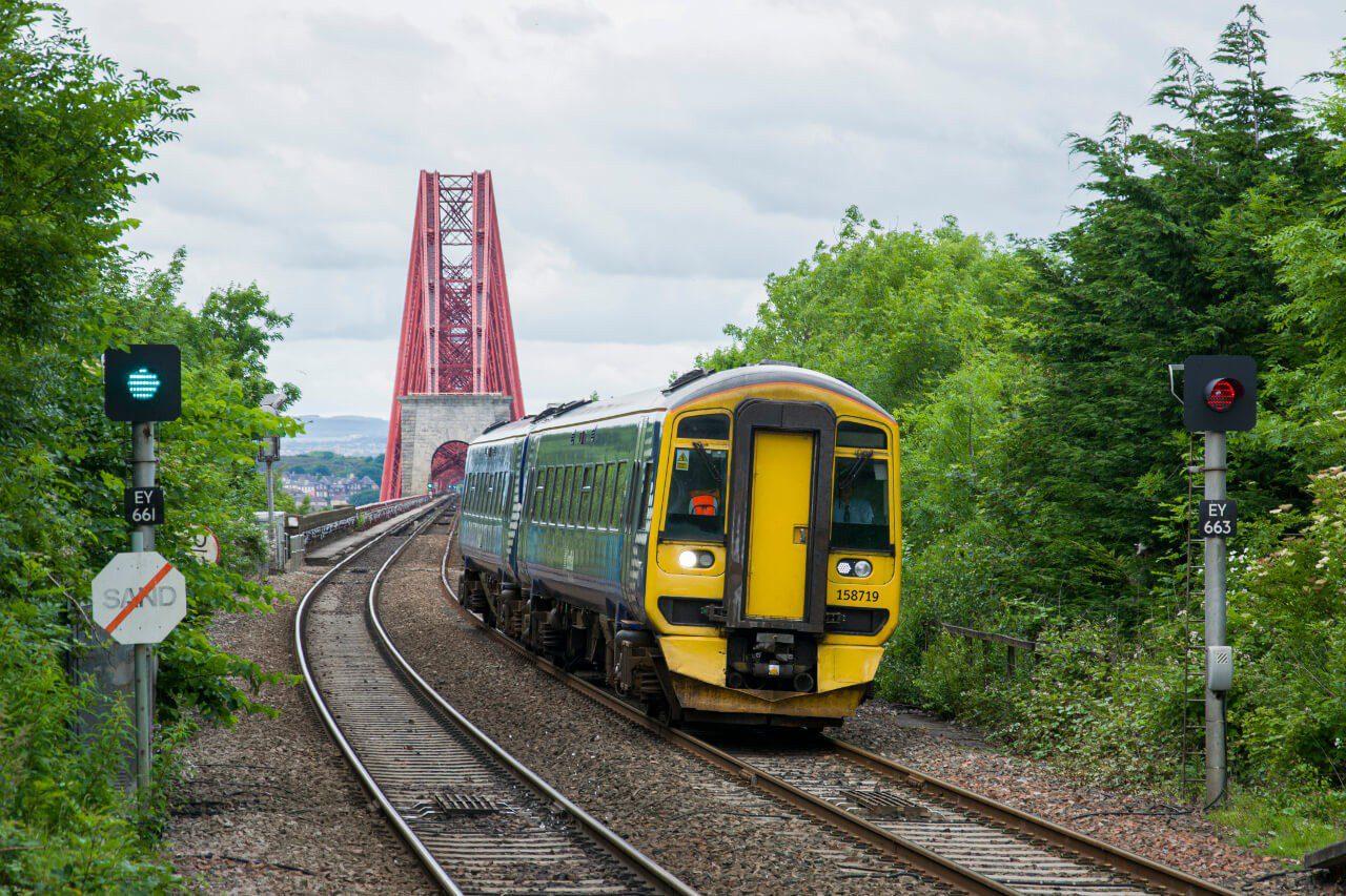 Pociąg zjeżdżający z mostu Forth Bridge