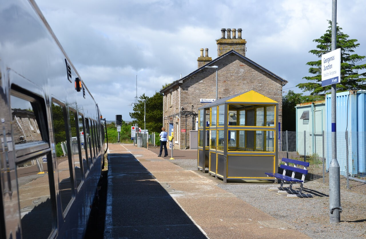 Widok na stację Georgemas Junction w drodze do Thurso