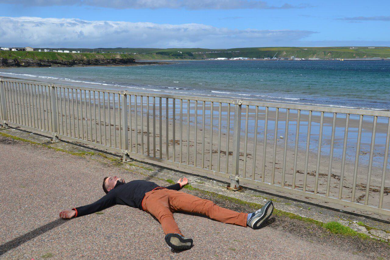 Bartek leżący na plaży w Thurso