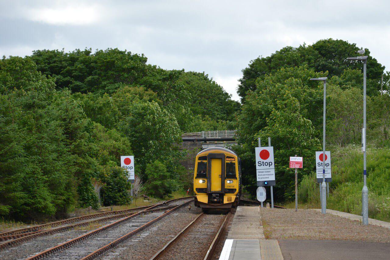 Pociąg wjeżdżający do stacji Thurso