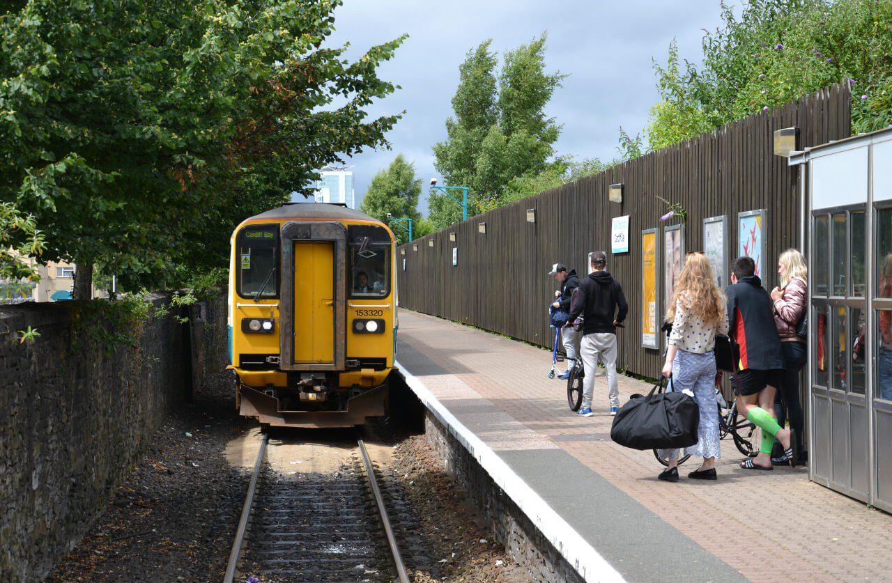 Pociąg łączący Cardiff Bay i Cardiff Central