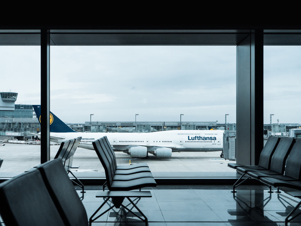 Terminal lotniska z widzianym samolotem za oknem