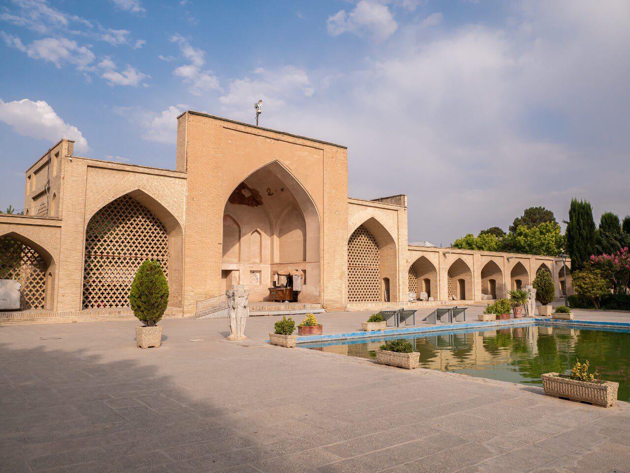 Brama wejściowa do pałacu Czehel Sotun
