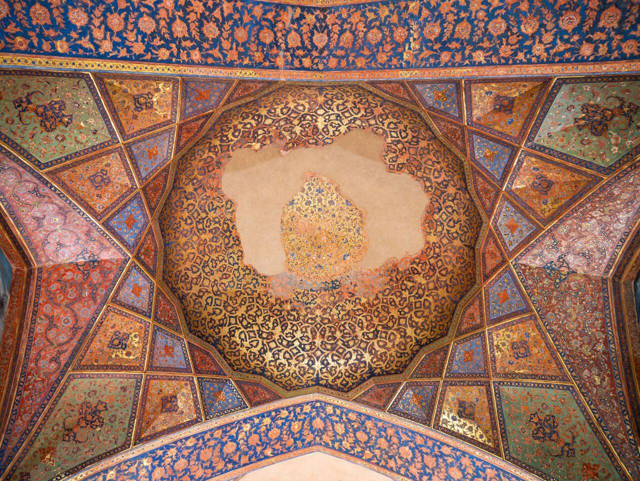 Sklepienie w Pałacu Czterdziestu Kolumn w Isfahan