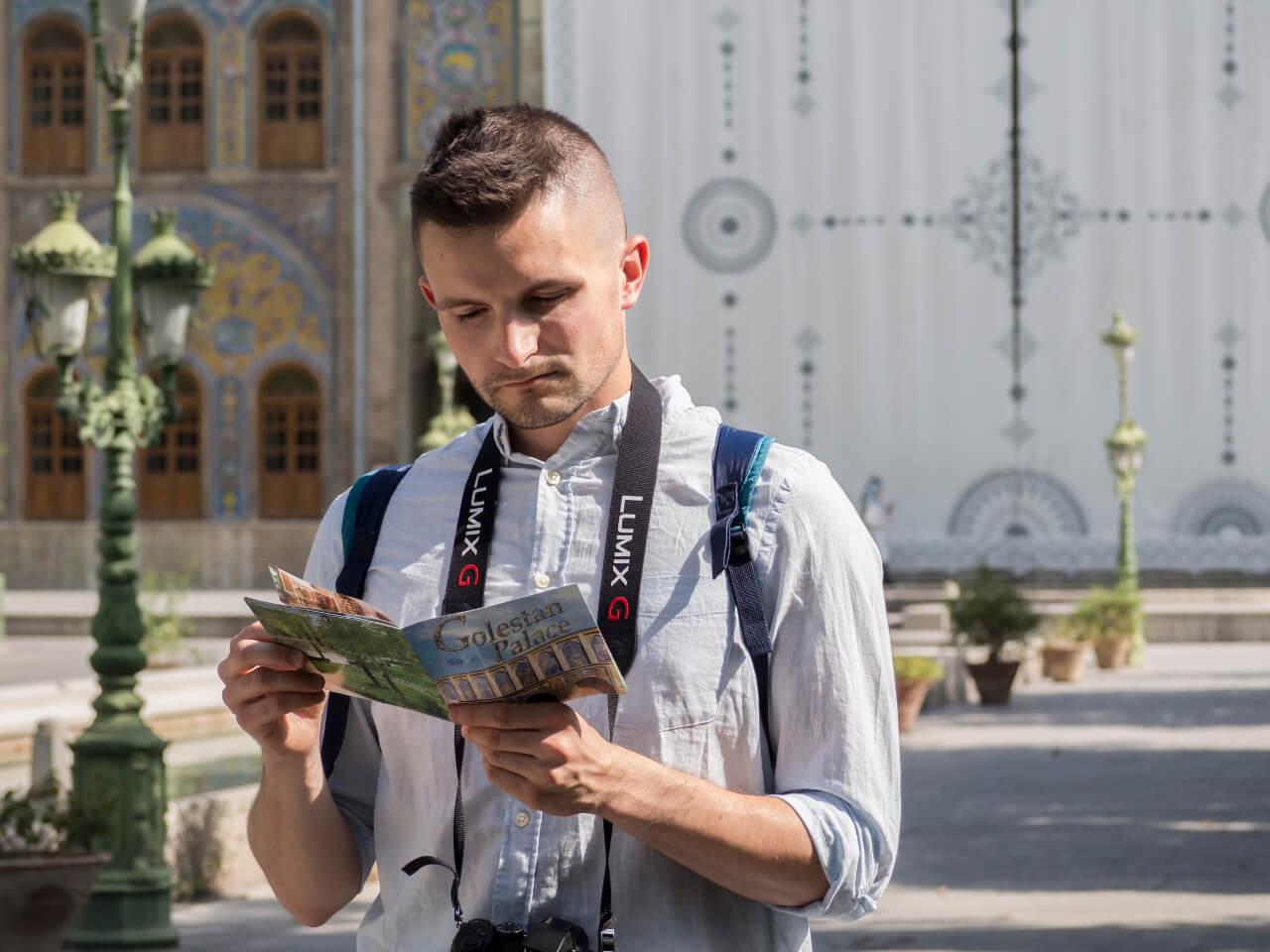 Bartek przeglądający przewodnik w Iranie