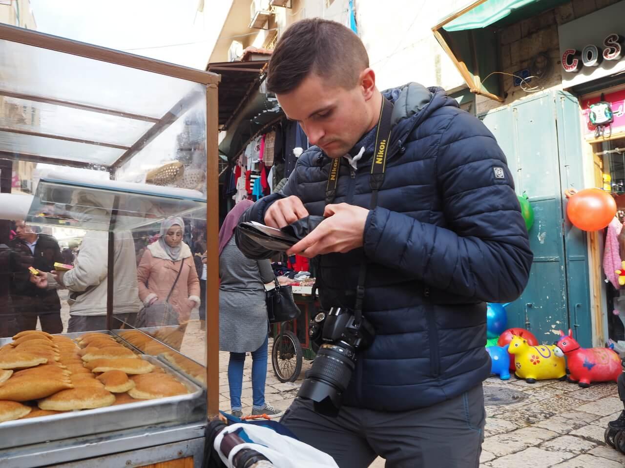 Bartek płacący na ulicy z portfelem