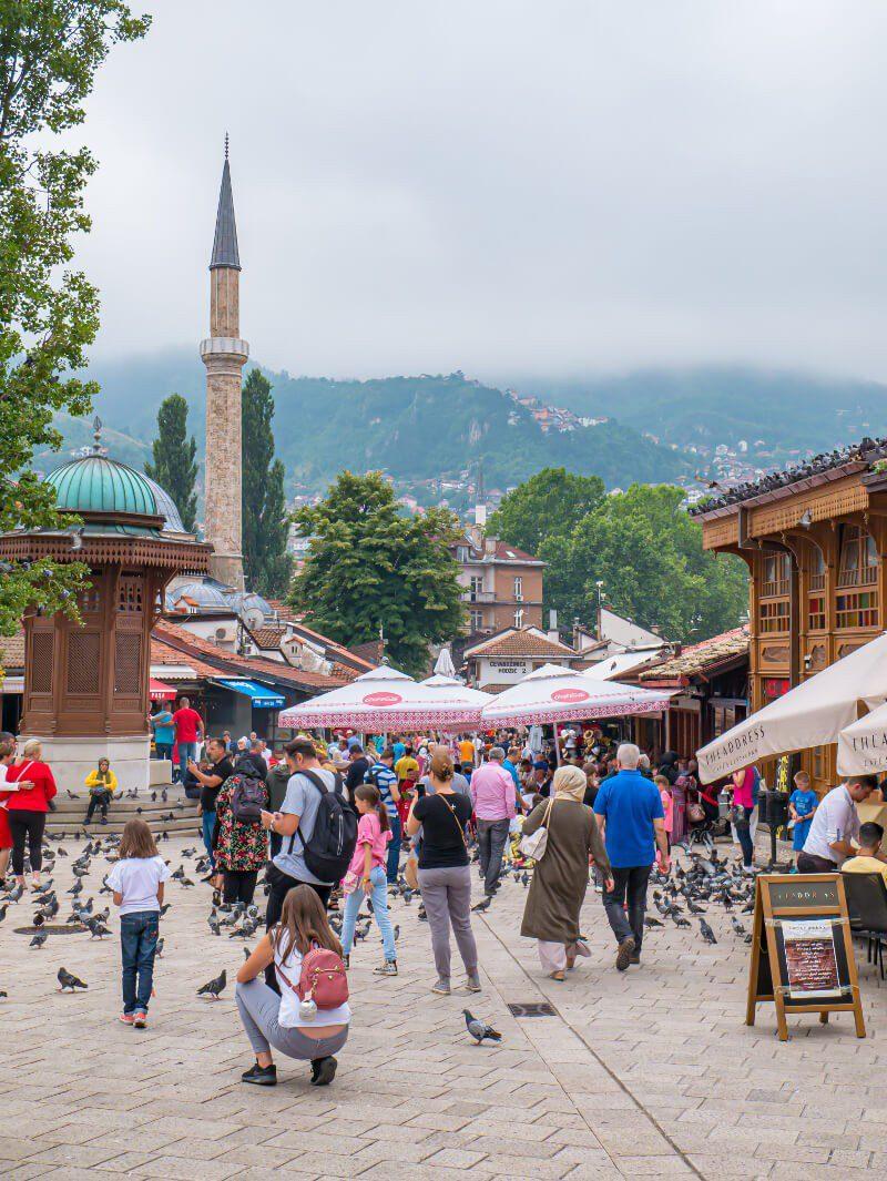Zatłoczony targ Baščaršija w Sarajewie