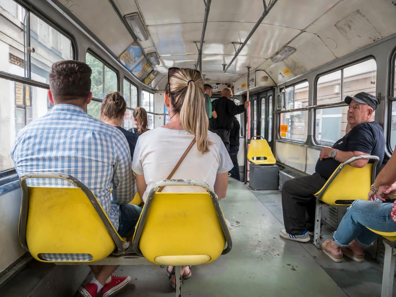 Wnętrze tramwaju Tatra T3 w Sarajewie