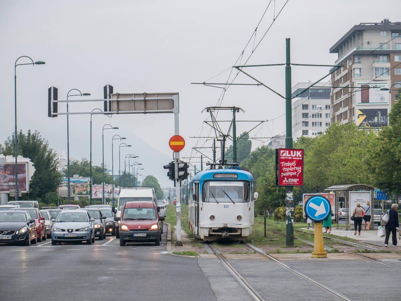 Samochody i tramwaj na ulicy Zmaja od Bosne (Aleja Snajperów)