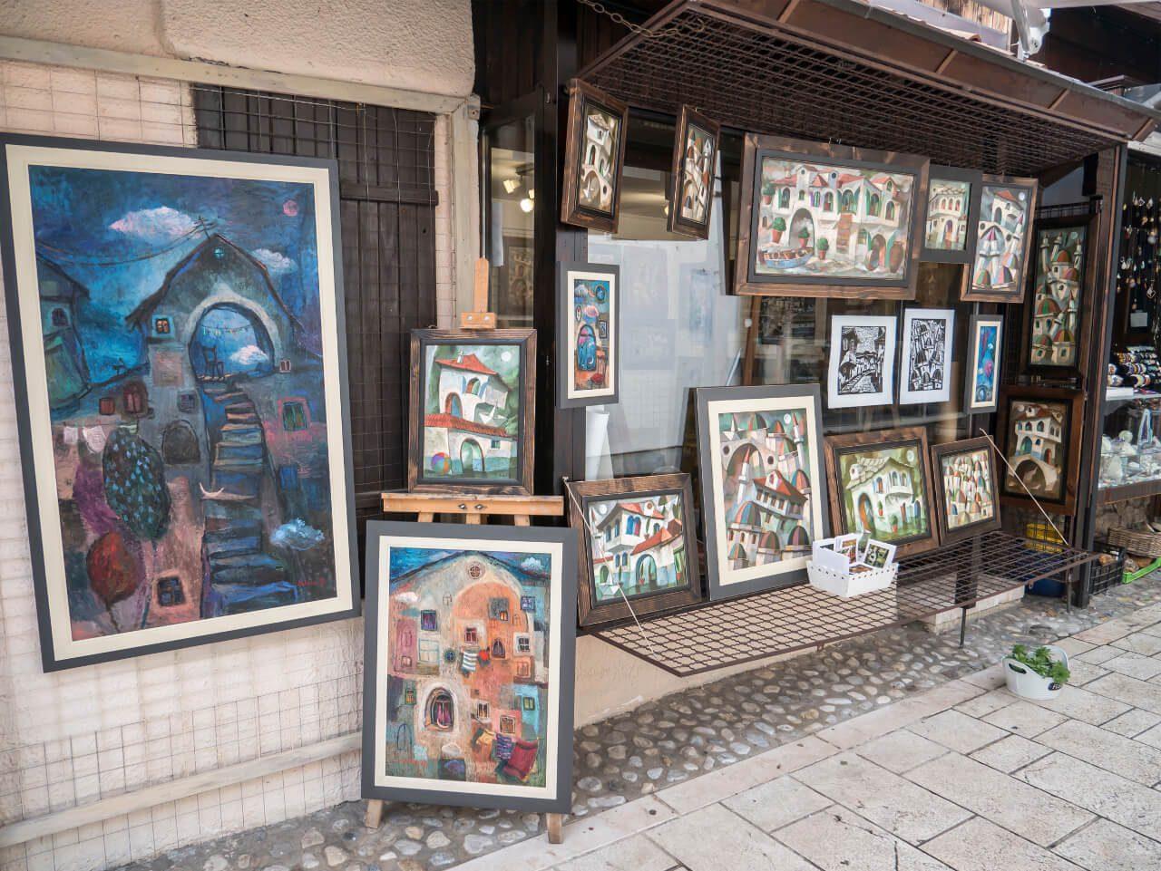 Sklep z pamiątkami (obrazy) na targu Baščaršija w Sarajewie