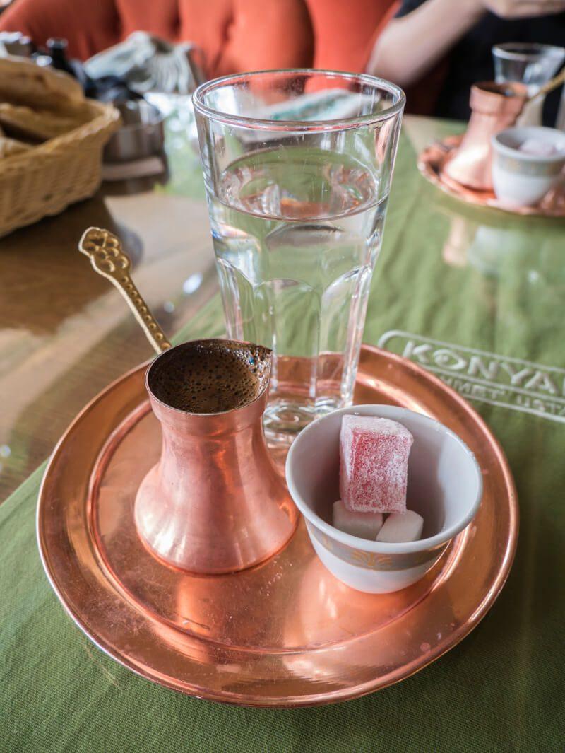 Tradycyjnie podana kawa po bośniacku