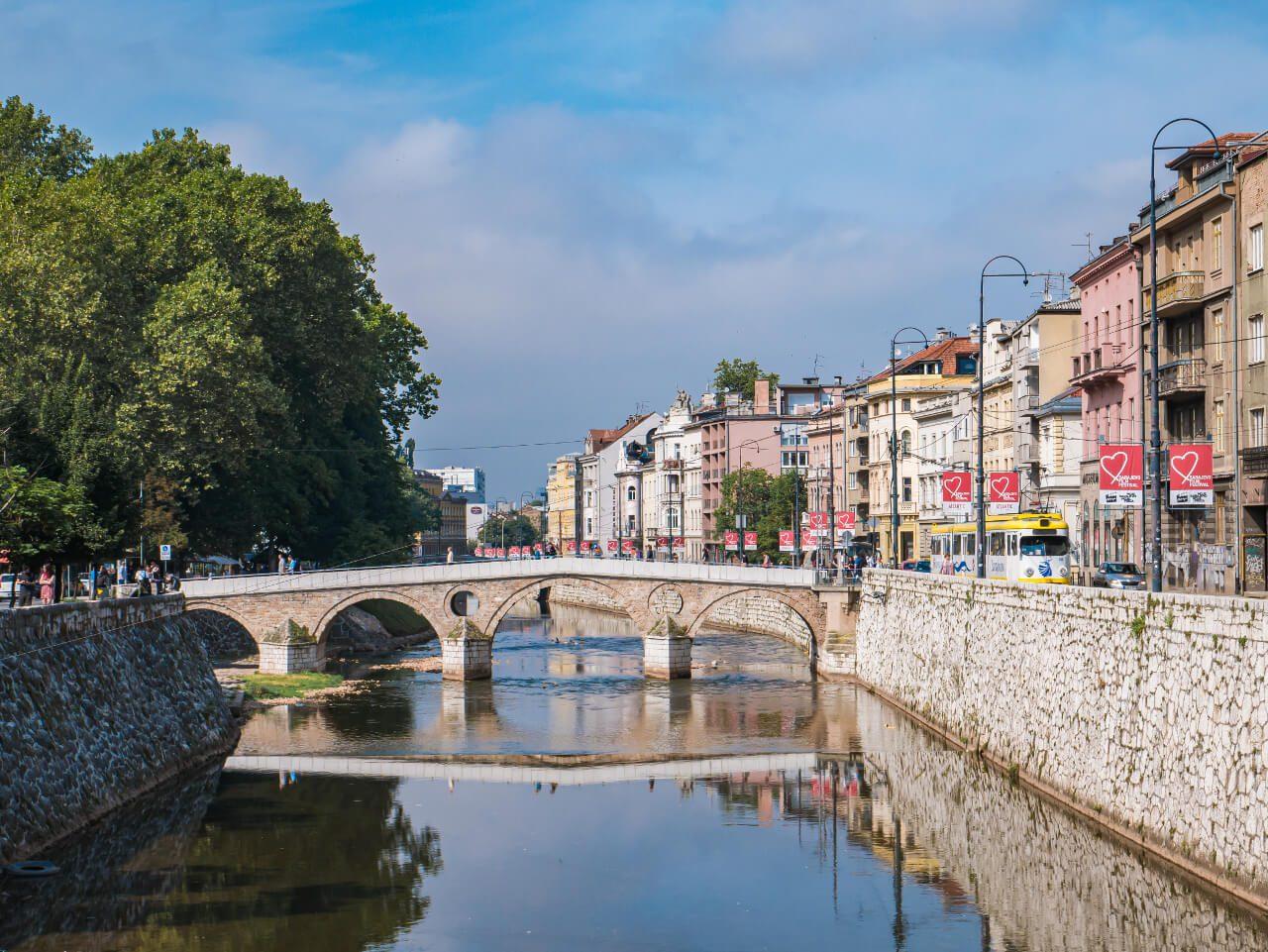 Rzeka Miljacka i Most Łaciński w Sarajewie