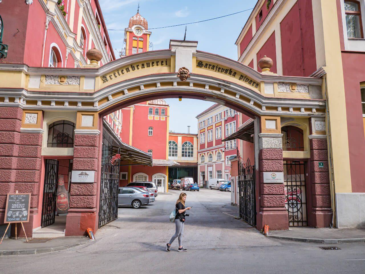 Wejście do budynku browaru w Sarajewie