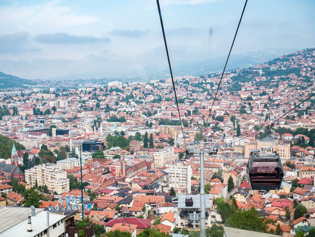 Widok na Sarajewo z wagonika kolejki linowej na Trebevic