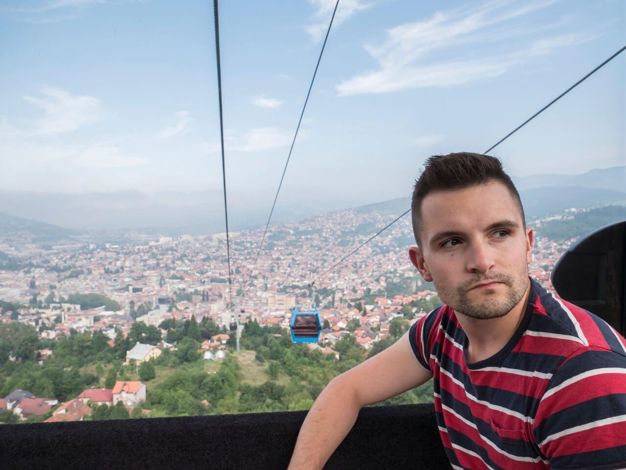 Bartek w wagoniku kolejki linowej na Trebevic w Sarajewie