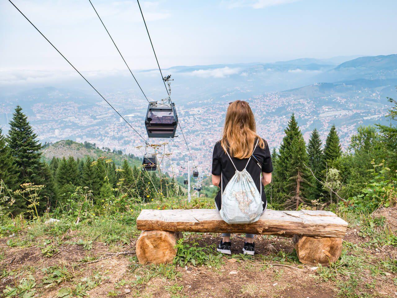 Sarajewo i kolejka linowa na Trebević z górnej stacji kolejki