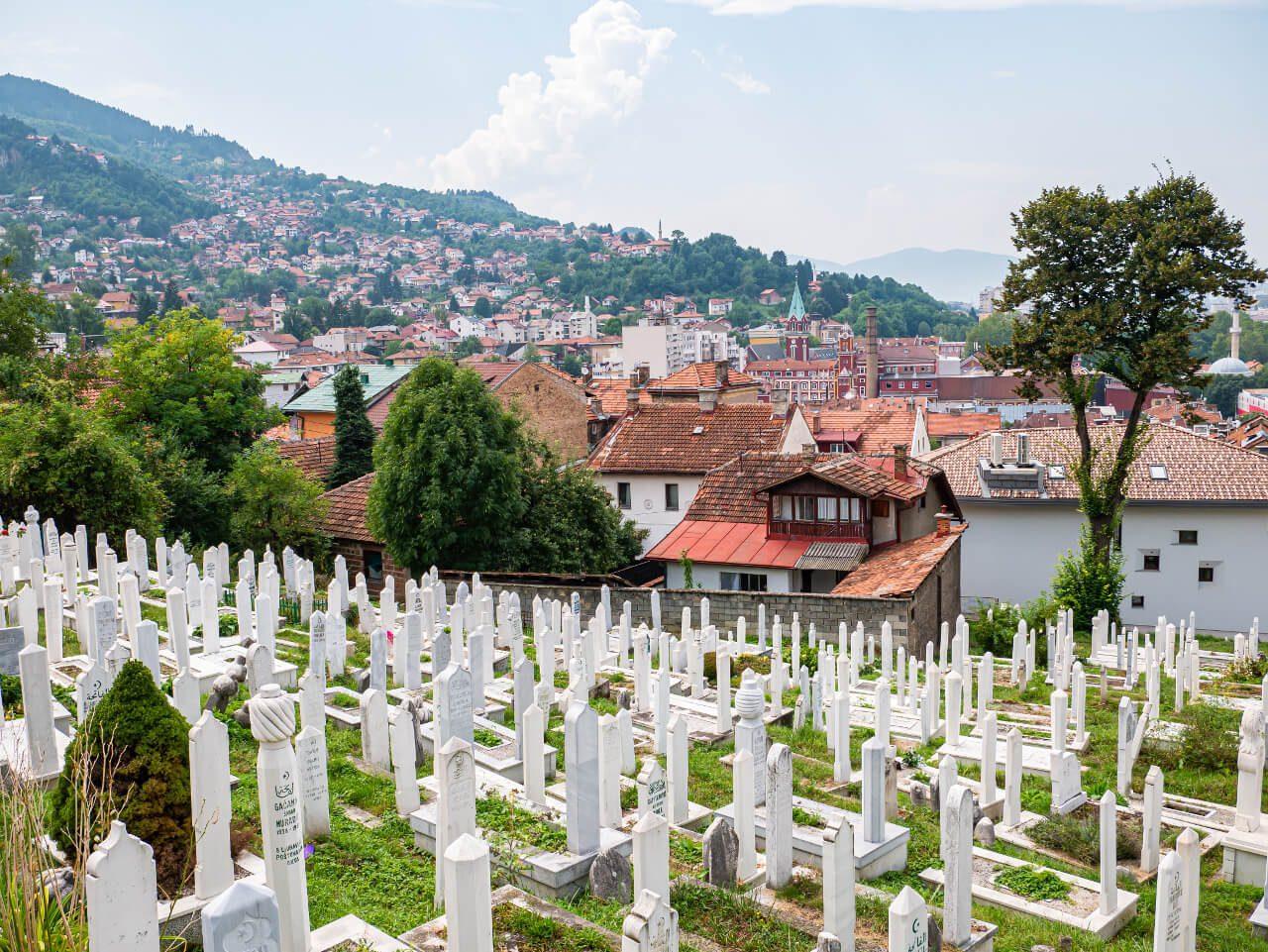 Widok na Sarajewo z cmentarza Alifakovac