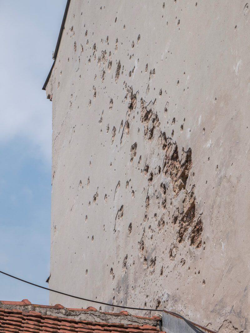 Pozostałości po wybuchu pocisku w Sarajewie