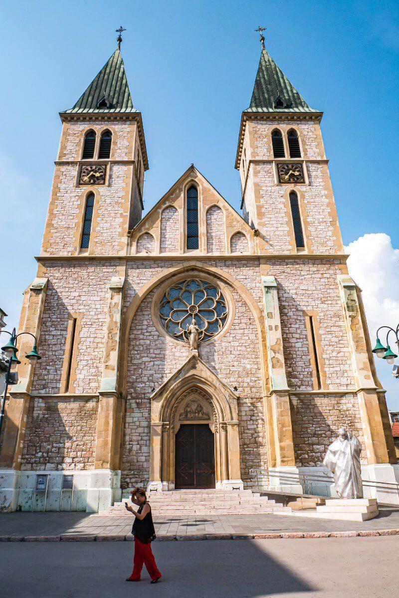 Fasada katolickiej katedry Serca Jezusowego w Sarajewie
