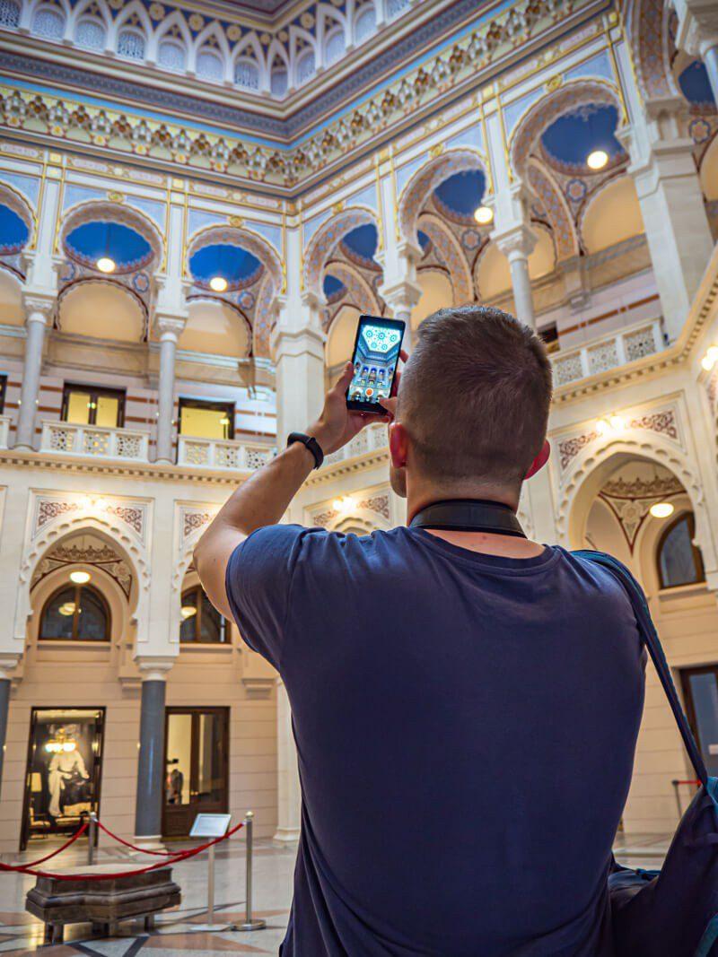 Bartek fotografujący wnętrze ratusza w Sarajewie